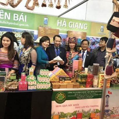 Phó Chủ tịch UBND Trần ĐứcQuý và các lãnh đạo tỉnh Hà Giang thăm gian hàng của tỉnh Hà Giang tại Hội chợ